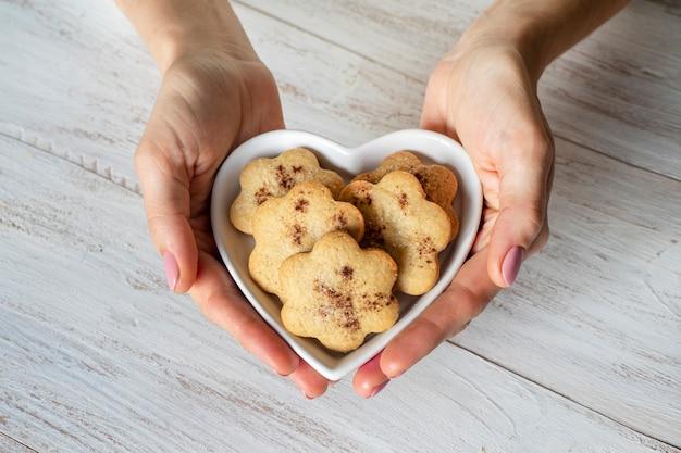 Biscuits au gingembre festifs à la cannelle en forme de cœur.