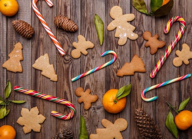 Biscuits au gingembre sur fond vide