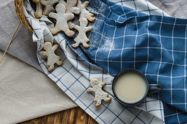 Biscuits au lait d'avoine sur un fond en bois