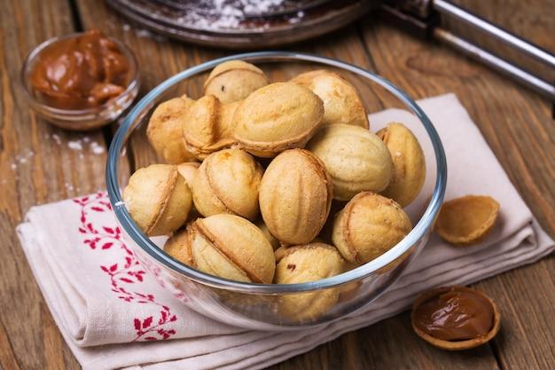 Biscuits au lait concentré dans une assiette transparente