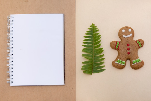 Biscuits au pain au gingembre sur fond de papier kraft. maquette de noël de café.