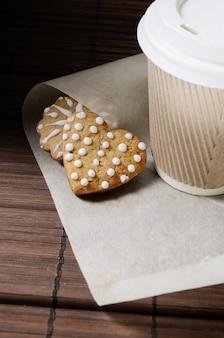 Biscuits au pain d'épice et café à emporter.