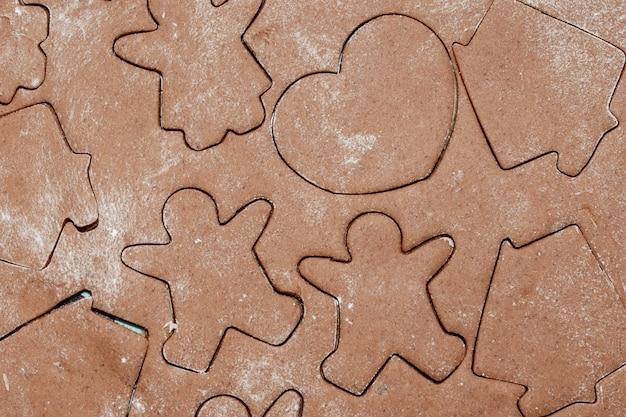 Biscuits au pain d'épice, emporte-pièces avec pâte en forme de fleur.