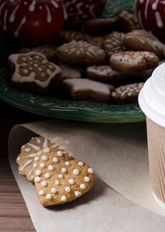 Biscuits au pain d'épices et café à emporter.