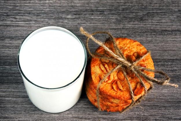 Biscuits au sucre faits maison avec des arachides et un verre de lait frais.
