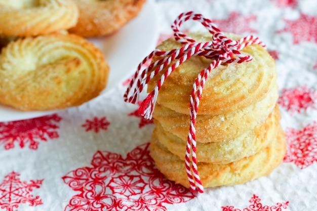 Biscuits au sucre fraîchement cuits attachés avec de la ficelle