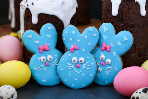 Biscuits au sucre de lapin de pâques, adorables biscuits en forme d'animal comme un mignon lapin bleu