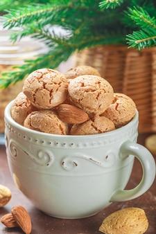 Biscuits aux amandes dans une tasse