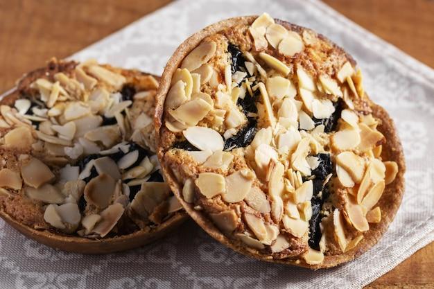 Biscuits aux amandes faits maison. cuisson pour le petit déjeuner et le dessert à la maison. nourriture simple. croustilles d'amandes, biscuit aux noix
