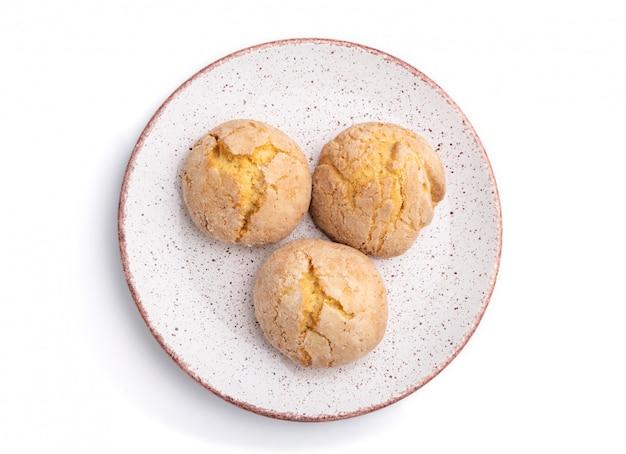 Biscuits aux amandes isolés sur fond blanc. vue de dessus, gros plan.