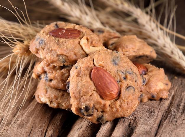 Biscuits aux amandes maison sur fond en bois.
