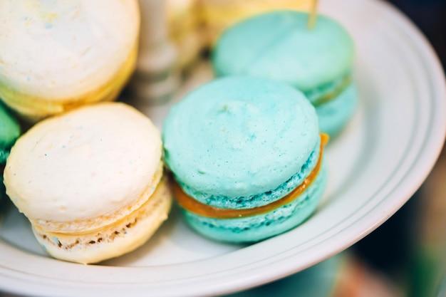 Les biscuits aux amandes sont bleus et blancs. macarons