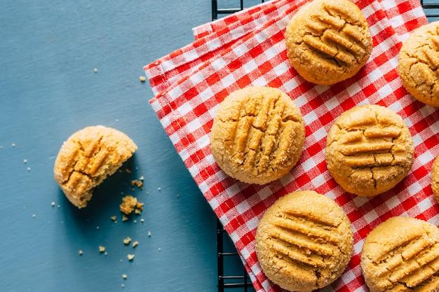 Biscuits aux arachides maison sur fond bleu