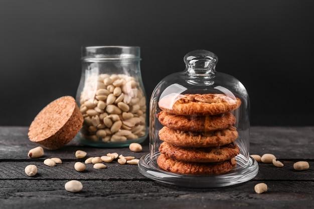 Biscuits aux arachides avec noix sur table en bois