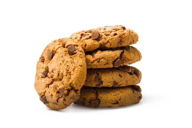 Biscuits aux brisures de chocolat sur fond blanc