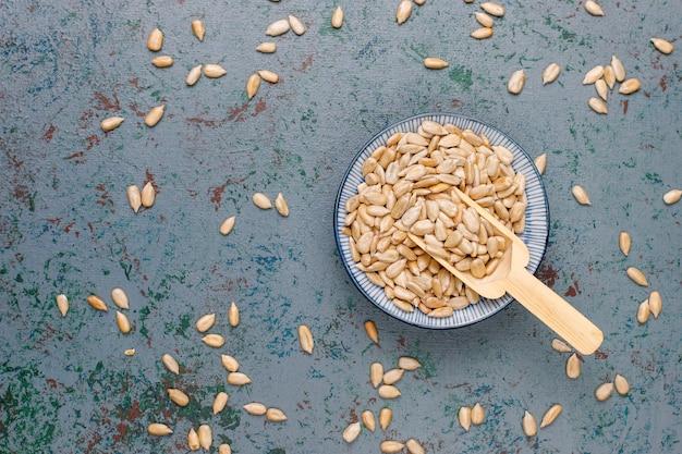 Biscuits aux collations avec graines de tournesol, graines de lin, graines de sésame sur table grise