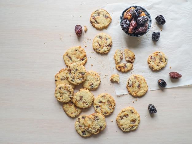 Biscuits aux dattes, il est disposé sur une surface en bois clair. vue de dessus, copiez l'espace.