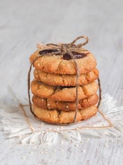 Les biscuits aux dattes de tahini sont empilés sur une table en bois blanc
