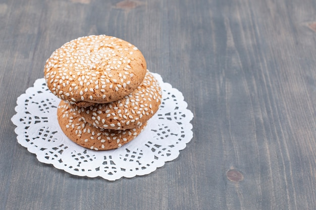 Biscuits aux graines de sésame sur une surface en bois