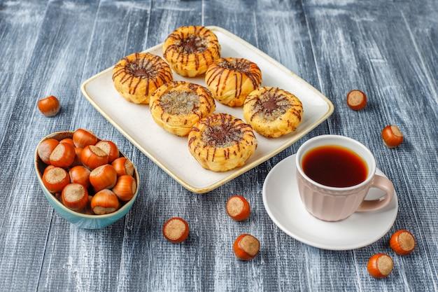 Biscuits aux noix et au chocolat avec des noix autour, vue de dessus