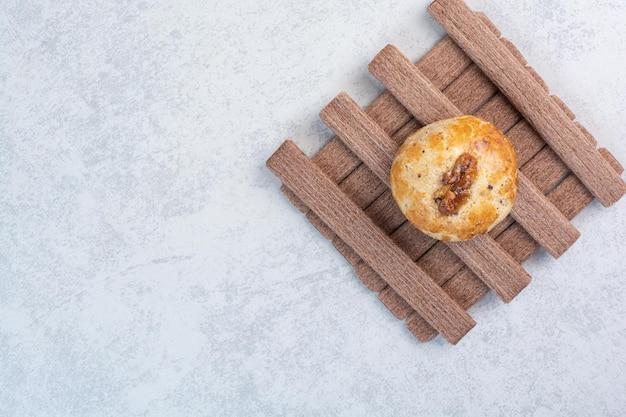 Biscuits aux noix et bâtonnets sur fond gris. photo de haute qualité