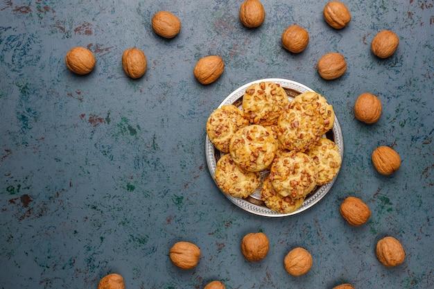 Biscuits aux noix faits maison aux noix sur dark, vue du dessus