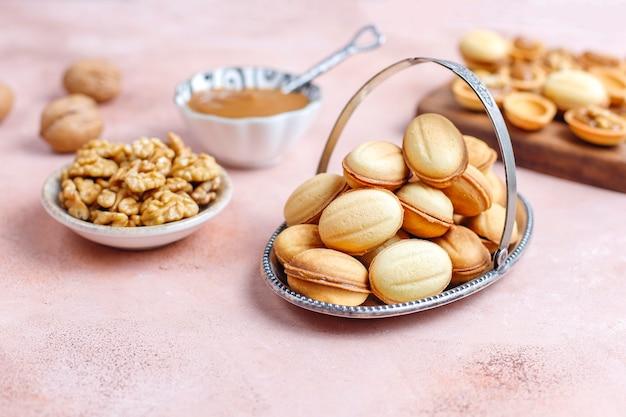 Biscuits aux noix russes faits maison avec du lait concentré bouilli.