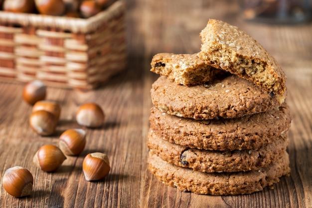 Biscuits aux noix sur une table en bois