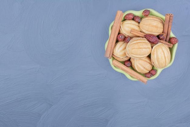 Biscuits aux noix traditionnels du caucase avec des hanches et de la cannelle.