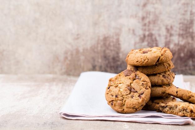 Biscuits aux pépites d'avoine au chocolat sur la table en bois rustique.