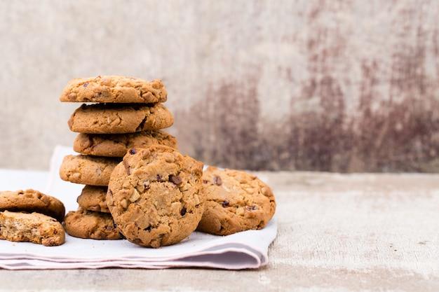 Biscuits aux pépites d'avoine au chocolat sur la table en bois rustique