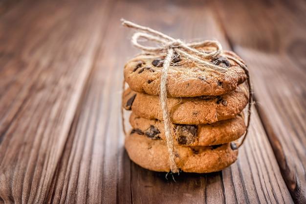 Biscuits aux pépites de chocolat attachés avec une corde sur bois