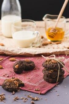 Biscuits aux pépites de chocolat aux amandes, au miel et au lait
