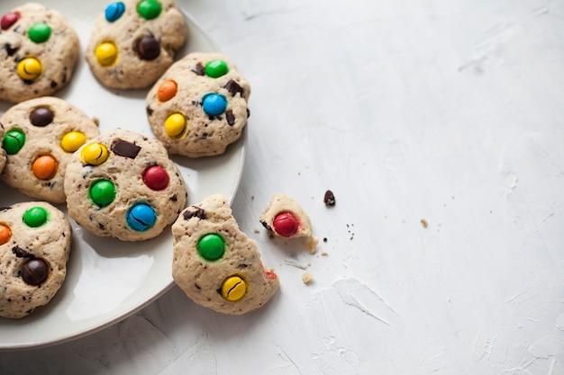 Biscuits aux pépites de chocolat et bonbons colorés sur une assiette