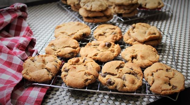 Biscuits aux pépites de chocolat brun dans un trey