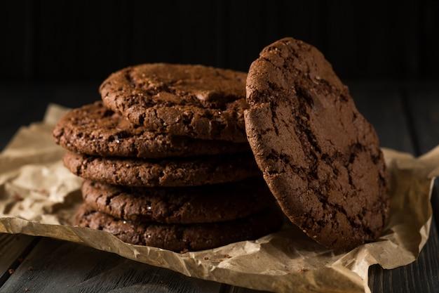 Biscuits aux pépites de chocolat empilés sur du papier kraft