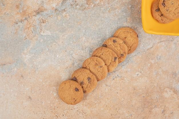 Biscuits aux pépites de chocolat sur fond de marbre.