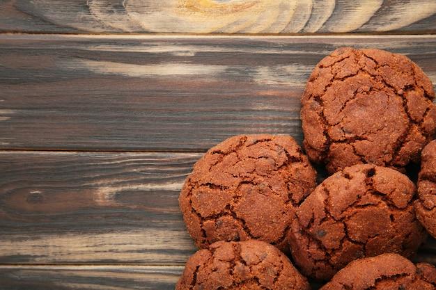 Biscuits aux pépites de chocolat sur fond marron
