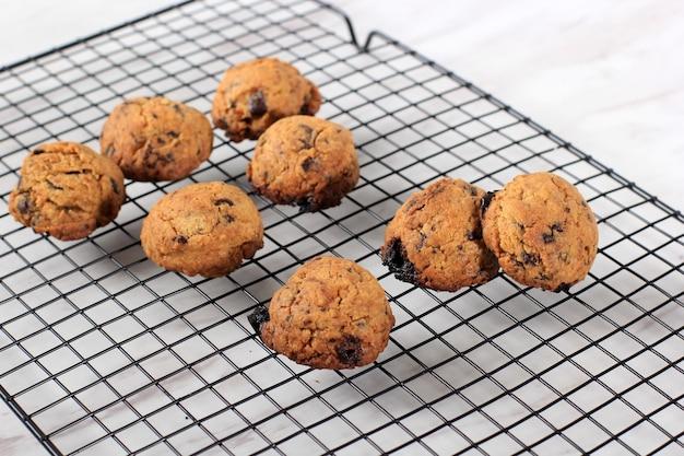 Biscuits aux pépites de chocolat frais sur grille