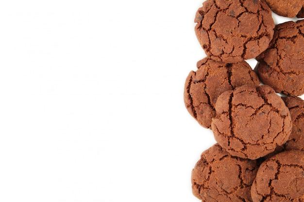 Biscuits aux pépites de chocolat isolés sur fond blanc