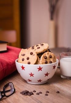 Biscuits aux pépites de chocolat et lait sur fond de bois