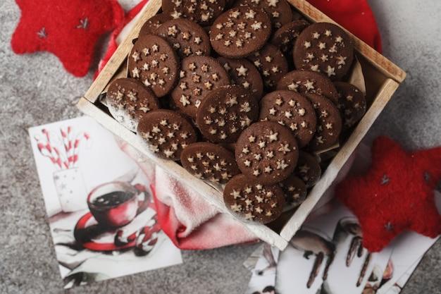 Biscuits aux pépites de chocolat de noël dans une boîte
