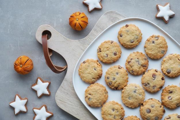 Biscuits aux pépites de chocolat de noël, plat avec des épices et des décorations