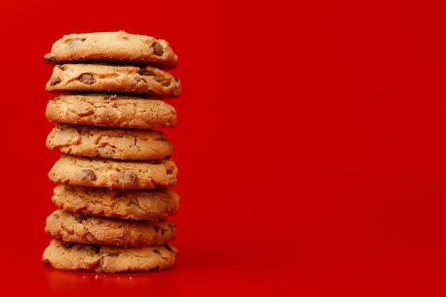 Biscuits aux pépites de chocolat en pile