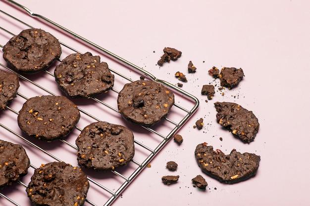 Biscuits aux pépites de chocolat sans gluten faits maison avec céréales, noix et cacao biologique.