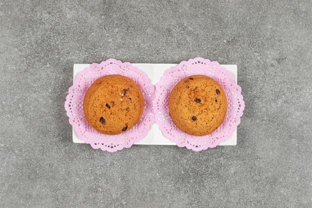 Biscuits aux pépites de chocolat sur soucoupe blanche