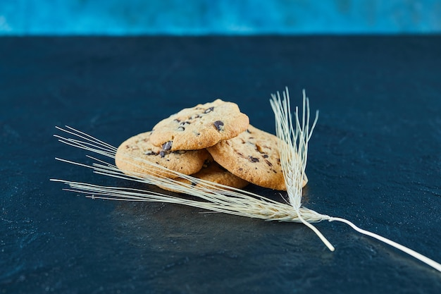 Biscuits aux pépites de chocolat sur une surface en marbre avec des épis de blé
