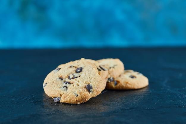 Biscuits aux pépites de chocolat sur une surface en marbre