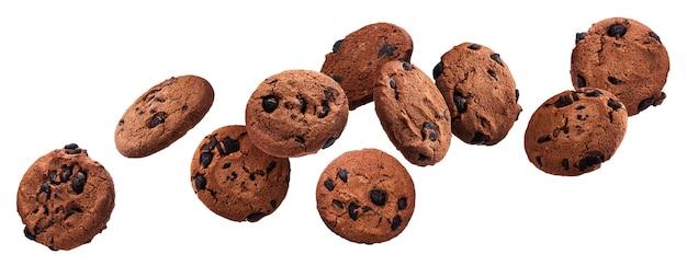 Biscuits aux pépites de chocolat tombant isolés sur blanc