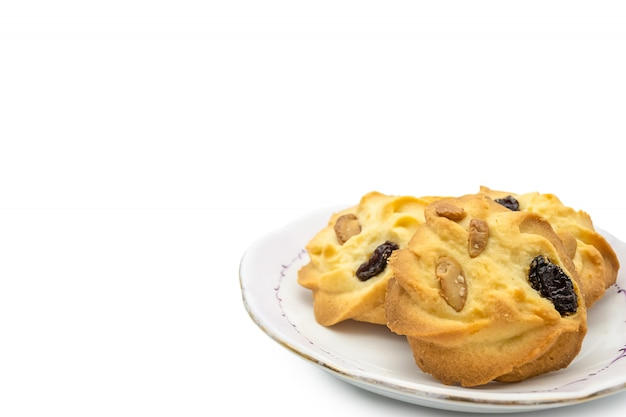 Des biscuits aux raisins et aux amandes faits maison sur plaque isoler sur fond blanc